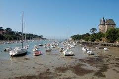 Les bateaux sur la marée basse sèchent le lit de port dans des Frances de la Bretagne Image stock
