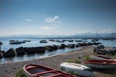 Les bateaux sur la plage de Milazzo, près de Messine, l'Italie images stock
