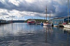 Les bateaux sur le quai au port de halden Photographie stock