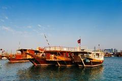 Les bateaux traditionnels ont appelé Dhows dans la baie occidentale Doha, Qatar photo libre de droits