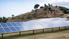 Les batteries solaires s'approchent du village en Sicile Photo stock
