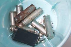 Les batteries utilisées se situent dans un récipient en plastique spécial Photo stock