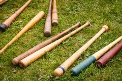 Les battes de baseball de cru ont dispersé au sol Image libre de droits