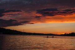 Les beautés décoratives d'un coucher du soleil en Suède Photographie stock