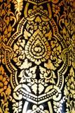 Les beaux-arts thaïlandais traditionnels sur une fenêtre et la porte modèlent le temple Photo stock