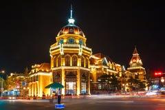 Les beaux bâtiments architecturaux dans la nuit Photo libre de droits