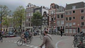 Les beaux canaux au centre de la ville d'Amsterdam - AMSTERDAM - LES PAYS-BAS - 19 juillet 2017 banque de vidéos