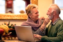Les beaux beaux couples apprécient à la maison entre eux Image stock