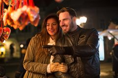 Les beaux couples ayant l'amusement et apprécient à la promenade d'hiver Image libre de droits