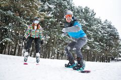 Les beaux couples d'Extereme apprécient dans les vacances au beau haut mounta Photographie stock libre de droits