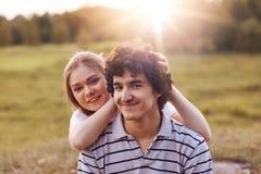 Les beaux couples dans l'amour apprécient l'unité, passent le week-end extérieur, admirent la belle nature et le soleil, ont le p Images libres de droits