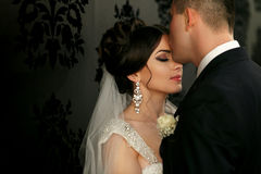Les beaux couples dans l'amour tiennent le mur proche Images stock