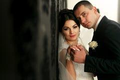 Les beaux couples dans l'amour tiennent le mur proche Photo libre de droits