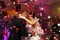 Les beaux couples dans la danse d'amour sur le dancefloor Images libres de droits