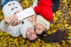 Les beaux couples en automne garent le mensonge au sol Photo stock