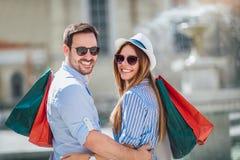 Les beaux couples ont plaisir à faire des emplettes ensemble Image stock