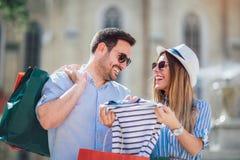 Les beaux couples ont plaisir à faire des emplettes ensemble Photo stock