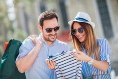 Les beaux couples ont plaisir à faire des emplettes ensemble Photo libre de droits