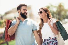 Les beaux couples ont plaisir à faire des emplettes ensemble Photographie stock