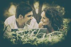 Les beaux couples regardent l'un l'autre images libres de droits