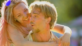 Les beaux couples romantiques, amie de transport d'homme soutiennent dessus, plaisanterie et rire banque de vidéos
