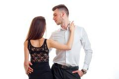 Les beaux couples romantiques regardent l'un l'autre et posant dans le studio Image libre de droits