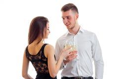 Les beaux couples romantiques se tiennent vis-à-vis de l'un l'autre et des verres de transport du plan rapproché de champagne Photos stock