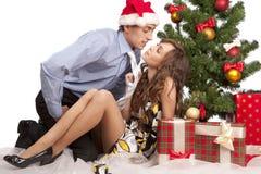 Les beaux couples s'approchent d'un arbre de Noël Photos libres de droits