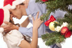 Les beaux couples s'approchent d'un arbre de Noël Photo stock