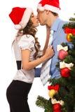 Les beaux couples s'approchent d'un arbre de Noël Image libre de droits