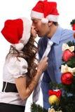 Les beaux couples s'approchent d'un arbre de Noël Photos stock