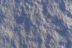 Les beaux détails de la neige blanche sur le lac de glace dans le coucher du soleil s'allument Image stock