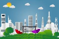 Les beaux deux parapluies et chaises sont dans le jardin vert sur le fond de ville et le ciel lumineux illustration stock