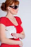 Les beaux femmes avec un sac dessous Photographie stock
