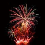 Les beaux feux d'artifice colorés sur l'eau apprêtent avec un fond noir propre Festival d'amusement et concours international de  Image libre de droits