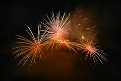 Les beaux feux d'artifice colorés sur l'eau apprêtent avec un fond noir propre Festival d'amusement et concours international de  Photo stock