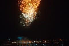 Les beaux feux d'artifice de nuit montrent dans la ville photos libres de droits
