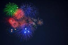 Les beaux feux d'artifice rouges de célébration de vert bleu copient l'espace Photo stock