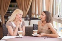 Les beaux jeunes amis féminins se reposent en café Images stock