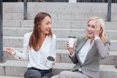 Les beaux jeunes collègues féminins sont photo libre de droits