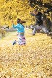 Les beaux jeunes couples célèbrent et sautant après la formation réussie en parc Photos libres de droits