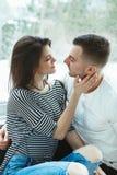 les beaux jeunes couples caucasiens romantiques équipent la femme dans étreindre d'amour Photos libres de droits