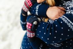 Les beaux jeunes couples dans l'amour étreignant en hiver chauffent des chandails et des jeans étreignant en parc en hiver Nature Image stock