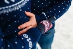 Les beaux jeunes couples dans l'amour étreignant en hiver chauffent des chandails et des jeans étreignant en parc en hiver Nature Photo stock