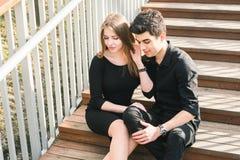 Les beaux jeunes couples multiraciaux, couples d'?tudiant dans l'amour, reposent l'escalier en bois dans la ville Belle ?treinte  photographie stock libre de droits