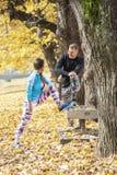 Les beaux jeunes couples s'étendant ensemble et refroidissent après la formation en parc Images libres de droits