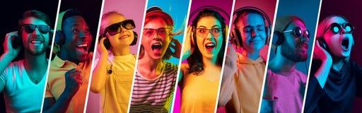 Les beaux jeunes dans la lampe au néon d'isolement sur le fond multicolore de studio photo stock