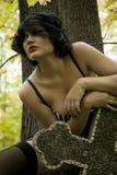 Les beaux jeunes ont bronzé la pleine fille ukrainienne nue sur un fond de végétation verte Image libre de droits