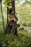 Les beaux jeunes ont bronzé la pleine fille ukrainienne nue sur un fond de végétation verte Photo stock