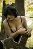 Les beaux jeunes ont bronzé la pleine fille ukrainienne nue sur un fond de végétation verte Images libres de droits